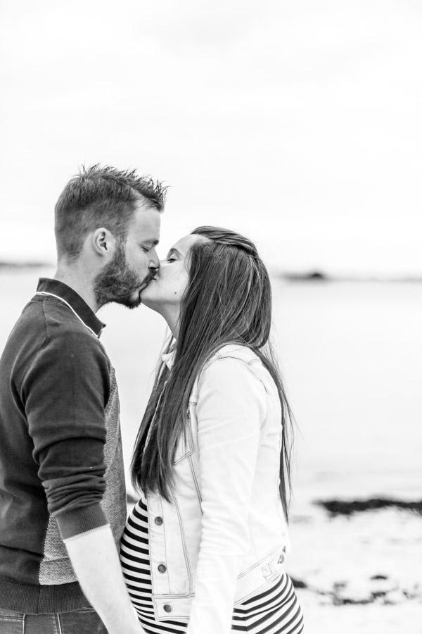 Photographie grossesse couple au gouffre de Plougrescant amoureux