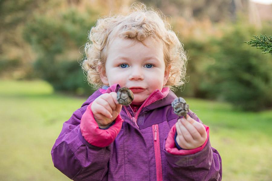 Photographie d'enfant jouant en extérieur